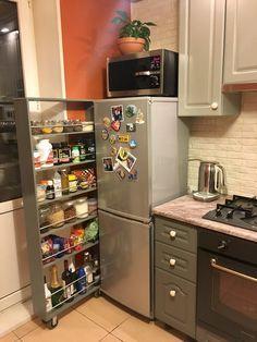 Выдвижная полка между стеной и холодильником