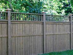 сплошной забор из досок с деревянными столбами