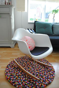 My project this summer. The pompom rug. Although I can't find any craft store here.