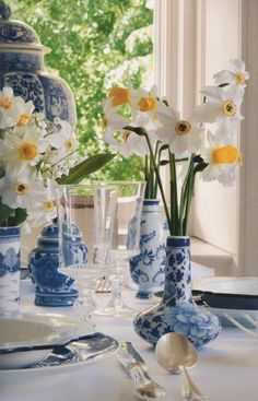 Beautiful table top spread with bright spring daffodils. The blue and yellow complement each other so well! Blue And White China, Blue China, Blue Green, Yellow, Delft, Dresser La Table, Centerpieces, Table Decorations, Vases Decor