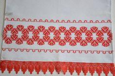 Pano de copa confeccionado em tecido vagonite, bordado vagonite, barrado em renda guipir. R$ 35,00