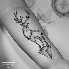 Mais uma para a Natalli! Obrigado mais uma vez :) #dotwork #pontilhismo #blackwork #blacktattoo #deertattoo #geometrictattoo #animaltattoos #tattoosp #tatuagem #tattoo