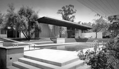 The origins of the mid century modern American house from Le Corbusier to RIchard Neutra. Richard Neutra, Mid Century Exterior, American Houses, Commercial Architecture, Space Architecture, Modern Landscaping, Modern Buildings, Modern Houses, Mid Century House
