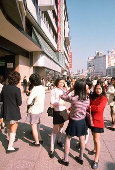 昭和46年、ミニスカート姿の若い女性たち(東京・池袋)
