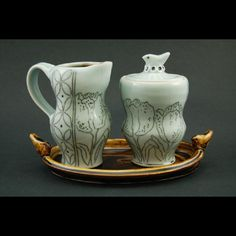sugar bowl and creamer by Julie Wiggins. I adore the tulips