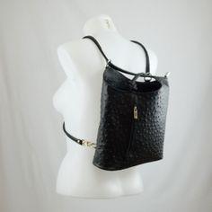 Wij hebben een beperkte oplage van lederen rugzakken die op je op meerdere manieren kan dragen. Zo ben je verzekerd van een unieke tas.