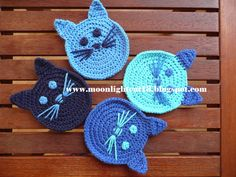 muecos de ganchillo Yine kedi ille de kedi:))) Bu sefer kedili bardak altlklar ve kedili koruma klf rdm. emeksensin ve pasaj da miyavlamaktalar:)) . Crochet Applique Patterns Free, Crochet Coaster Pattern, Crochet Cat Pattern, Baby Knitting Patterns, Chat Crochet, Crochet Crafts, Crochet Yarn, Crochet Flowers, Crochet Projects