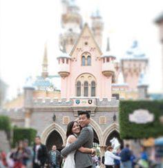 Sesión Pre-boda navideña en Disneyland Park. Sigue leyendo en http://www.unabodaoriginal.es/blog/una-imagen-y-mil-palabras/fotografia-y-video/pre-boda-navidena-en-disneyland-park