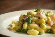 Piatto del giorno: gnocchi con gamberi e punte di asparagi. http://serenaitalian.wordpress.com/