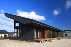 個性的なデザインと開放的な室内が魅力!ダイナミックな屋根を持ったモダンな住まい