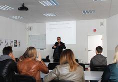 Prof. Dr. habil. Hallenberger bei der Probevorlesung im Bereich Medien- und Eventmanagement.