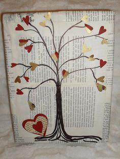 Taulu: styroksi päällystetty kirjansivuilla ja puu piirretty ja sydämellisiä lehtiä vanhoista tapeeteista.