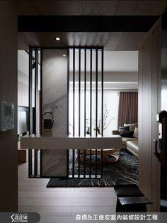 設計師善用居宅先天優勢、化解格局缺陷,在微建築概念的挹注下,結合精心安排的軟裝布置,展現古今融合的獨到品味,快跟著小編一起走進來看看吧!玄關入門處,利用鐵件、大理石規劃懸吊式隔屏,透過格柵展現俐落視感,同時給予現代感材質運用,達到中西合璧效果,並藉由穿透規劃讓光與風不受阻絕、化解穿堂煞問題;廳區將電