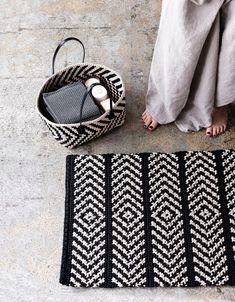 Virkattu matto ja pikkukori skandityyliin   Meillä kotona Crochet Carpet, Crochet Yarn, Crochet Rug Patterns, Curtain Patterns, Crochet Home Decor, Diy Carpet, Tapestry Crochet, Learn To Crochet, Crochet Projects