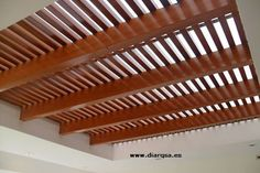 Techo de madera lacado con policarbonato celular