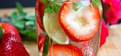 Esta deliciosa agua infusionada reducirá tu estrés y te desintoxicará De lo más sencilla; con un toque de lima, menta, pepino y fresa, su sabor te encantará.