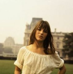 Jane Birkin looks so pretty in these pictures! For more pictures of Jane Birkin klick here ! Estilo Jane Birkin, Jane Birkin Style, Gainsbourg Birkin, Serge Gainsbourg, Alexa Chung, Jane Birken, Françoise Hardy, Hippie Man, Parisienne Chic