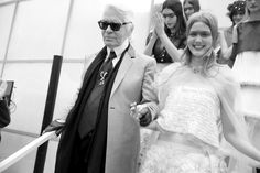 Karl Lagerfeld après le final défilé Chanel haute couture printemps-été 2015 http://www.vogue.fr/mode/inspirations/diaporama/fwpe2015-les-coulisses-de-la-fashion-week-haute-couture-de-paris-printemps-t-2015-jour-2/18787/carrousel#karl-lagerfeld-aprs-le-final-dfil-chanel-haute-couture-printemps-t-2015