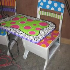 I have always wanted to paint the top of my teacher desk . . hmm cute idea!