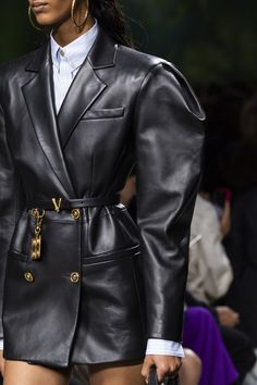 Versace at Milan Fashion Week Spring 2020 - Details Runway Photos Couture Fashion, Runway Fashion, High Fashion, Winter Fashion, Fashion Outfits, Womens Fashion, Fashion Trends, Classy Fashion, Party Fashion
