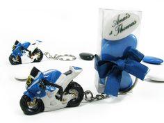 Porte-clé moto sportive bleue et blanche style R1 et son étui à dragées. Article vendu fini, décoré, prêt à poser sur la table.