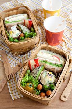 Such Cute Little Individual Picnic Baskets! Picnic Box, Picnic Lunches, Picnic Foods, Picnic Baskets, Picnic Cafe, Picnic Recipes, Picnic Ideas, Beach Picnic, Comida Picnic