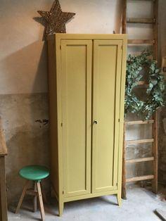 Aujourd'hui j'ai fabriqué mon jaune pour cette petite armoire.  Elle efreme à clé. 3 etageres à l'intérieur ...