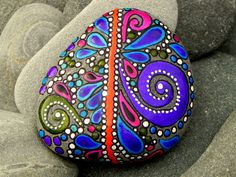 Roca pintada (piedra de mar) de Cape Cod. Vivir la alegría su piedra Mar cayó en las olas del océano suave. Uno increíblemente suave y feliz... y oh-tan-suave mar piedra... Se debe haber estado caído ida y vuelta entre las olas del océano para muchos, muchos, muchos años... Y se siente tan maravilloso se celebra... Los colores en esta piedra de mar son calmantes y alegre... blues, morados... verdes... blanco y negro... y con un funcionamiento alegre camino de la roja en medio de ...