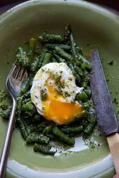 Green Beans with Almond Pesto Under an Egg. i made the pesto and put it with asparagus. Egg Recipes, Cooking Recipes, Salad Recipes, Healthy Recipes, Delicious Recipes, Grilling Recipes, Vegetarian Grilling, Tailgating Recipes, Healthy Grilling