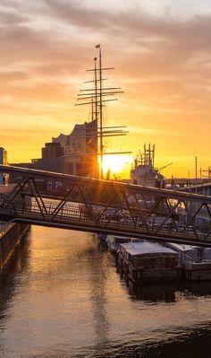 Hamburg Foto Landungsbrücken Elbphilharmonie | Bildschönes Hamburg Hamburger Dom, Hamburg Germany, Beautiful Sunrise, Tall Ships, Best Cities, Germany Travel, Travel Pictures, Great Places, Night Life