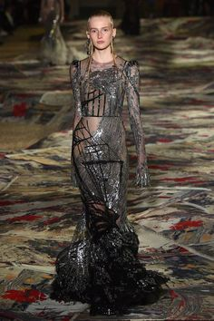 Alexander McQueen Spring 2017 Ready-to-Wear Fashion Show - Leah Rodl