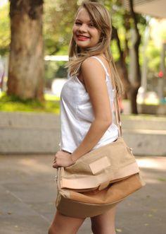 Bolsa confeccionada em algodão ecológico;  Despojada, tipo sacola com abertura estilo aba.    Bolsa de Tecido, sustentável, atual;  IMPORTANTE: A foto da cor da estampa da bolsa com a modelo é meramente ilustrativa.
