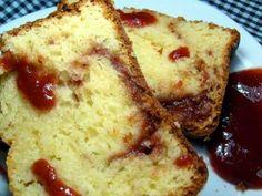 Bolo Inglês Romeu e Julieta 3 ovos (gemas e claras separados); 2 colheres (sopa) de margarina derretida; 1 xícara e meia (chá) de açúcar; 50 gramas de queijo parmesão ralado; 1 xícara (chá) de requeijão; 1 xícara (chá) de creme de leite; 2 xícaras e meia (chá) de farinha de trigo; 1 colher (sopa) de fermento químico em pó. 250 gramas de doce de goiaba (ou goiabada derretida com um pouquinho de água). Bati as 3 claras em neve e reservei. Na batedeira, juntei as gemas, a margarina e o açúcar…