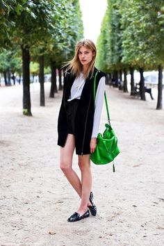 Model-Off-Duty Style: Get This Statement Green Bag Look