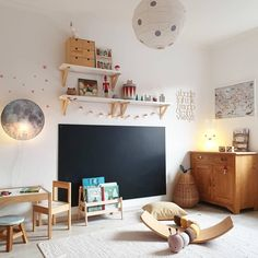 _juliherz_'s Lieblingsdinge - _juliherz_ sitzt auf jeden Fall am rechten Fleck, wenn wir uns diesen Kinderzimmertraum anschauen! Toddler Rooms, Toddler Bed, Kids Bedroom Furniture, Bedroom Decor, Wooden Furniture, Antique Furniture, Baby Room Boy, Blackboard Wall, Toy Rooms