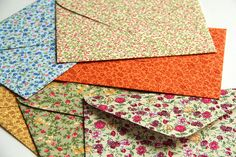 Envelopes de tecido / Fabric envelopes by Zoopress studio. Fabric Envelope, Cute House, Envelopes, Gift Wrapping Paper, Bookbinding, Stationery, Crafty, Quilts, Blanket