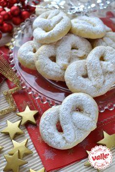 Biscotti torcetti di Natale, i nodi del biscotto sono un po' come i nodi di amicizia e d'affetto che ci legano alle persone a cui li offriremo..