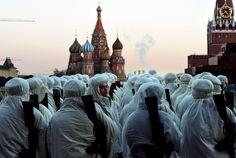 06.11 Des soldats russes portant des uniformes de la Seconde Guerre mondiale lors d'une répétition en vue de la cérémonie du 74e anniversaire de la parade de 1941.Photo: AFP/Vasily Maximov