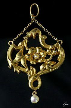 Art Nouveau Gold Pendant. France 1890 - 1900. 18K Gold, Natural Pearl. Size 3.0 × 4.9cm.