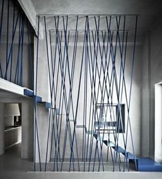 Blaue Treppengeländer und Metalltreppe im minimalistischen Haus