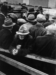 """collective-history: """"White Angel Bread Line, San Francisco, 1933 by Dorothea Lange. This photograph shows a breadline at a soup kitchen in San Francisco, California during the depression. Walker Evans, Jasper Johns, Documentary Photographers, Famous Photographers, History Of Photography, Street Photography, Photography Women, Vintage Photography, Social Photography"""