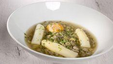 Bruno Oteiza prepara un plato de habitas frescas con espárragos blancos, perlas de tapioca y yema de huevo.