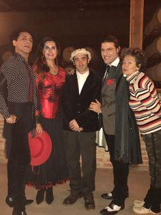 Con un grupo de actores en la bodega