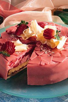 Festliche Torte mit Erdbeeren und Herzen-Dekoration