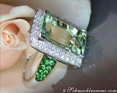 Grandios: Leuchtender Prasiolith Tsavorit Brillanten Ring, WG-750 - 8,55 Karat (total) --- Magnificent: Bright Prasiolite Tsavorite Diamond Ring, WG-18 - 8,55 cts. (total) --- Find out: schmucktraeume.com - Any questions? Contact us: info@schmucktraeume.com