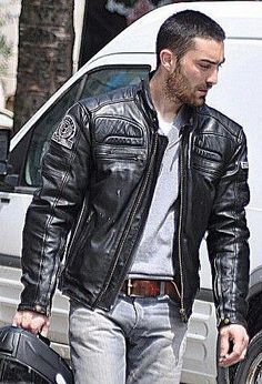 Choosing The Right Men's Leather Jackets. A leather coat is a must for every single guy's closet and is also an excellent method to express his personal design. Leather coats never ever head Men's Leather Jacket, Leather Jeans, Biker Leather, Leather Jackets, Black Leather, Jeans En Cuir, Motard Sexy, Leather Fashion, Mens Fashion