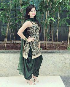 Simplicity is d essence of Happiness 😀 Punjabi Girls, Punjabi Suits, Patiala Salwar, Shalwar Kameez, Beautiful Girl Photo, Beautiful Girl Indian, Patiala Suit Designs, India Beauty, Girl Photos