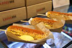 '로코스 BBQ'의 팝업스토어의 대박 메뉴! 치즈가루와 스페셜한 맛의 매콤한 파우더를 솔솔 뿌린 '마약옥수수'!