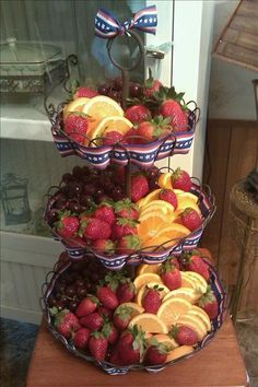 Love tiered stands for a great presentation Fruit Display Wedding, Salad Packaging, Fresco, Fruit Decorations, Food Stations, Tiered Stand, Fruit Displays, Veggie Tray, Fruits And Veggies