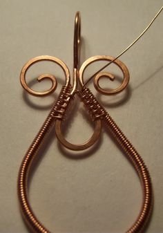 Wire wrapped pendant. - Free PDF here: www.rusticstudio.com/LE_images/misc/JewlieBeadsWirePendant.pdf  #Wire #Jewelry #Tutorials